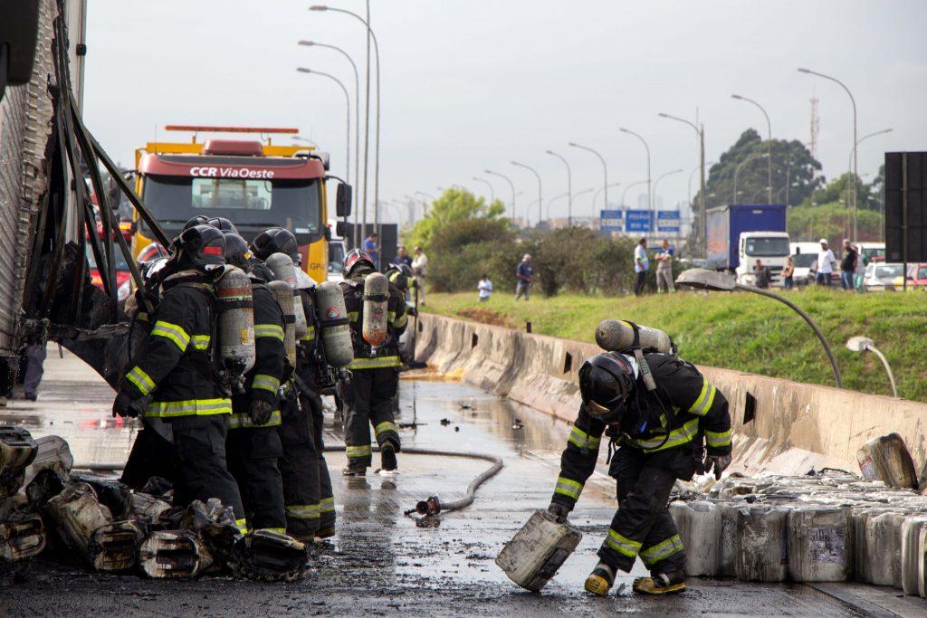 Carreta pega fogo e causa lentidão na rodovia Castelo Branco