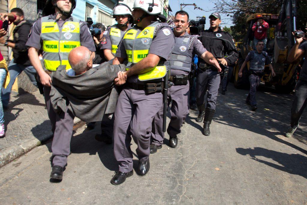 Eduardo Suplicy é carregado por policiais