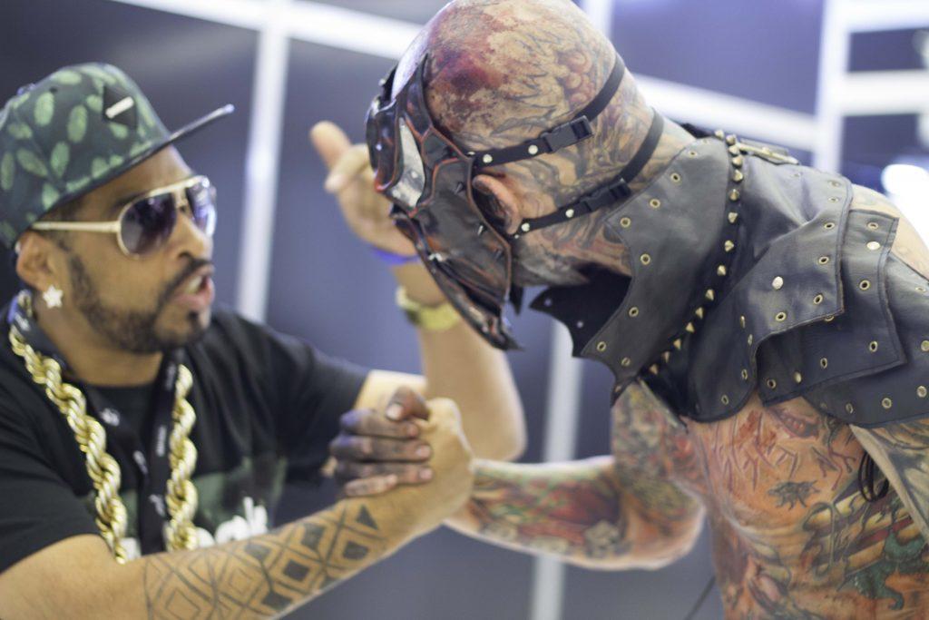 DJ Thaíde e Coveiro Maldito durante a Tattoo Experience