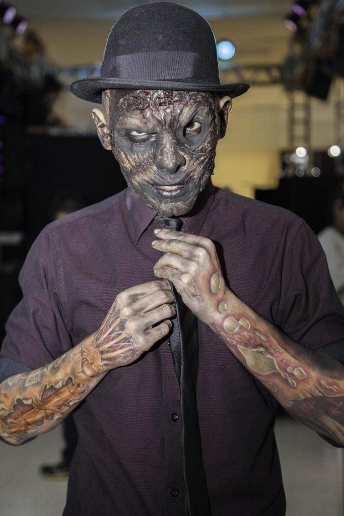 Ex-funcionário do IML conhecido como Coveiro Maldito visita a Tattoo Experience, realizada no Centro de Convenções do Shopping Frei Caneca, em São Paulo (SP), neste sábado (19), usando máscara importada no valor de 300 libras. Ele possui 85% do corpo tatuado com desenhos de órgãos e ossos.